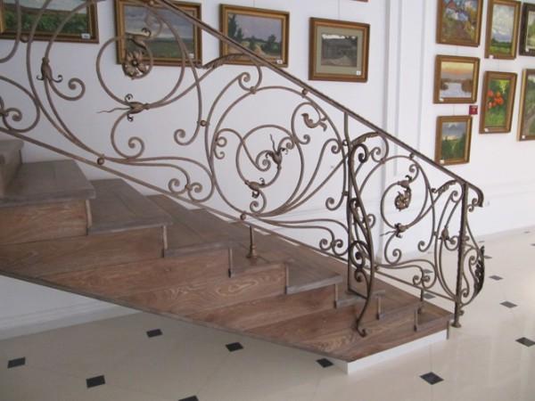 Кованые лестницы в оформлении загородных домов